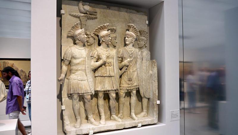 Louvre lens p1000489 fragment van de decoratie van een triomfboog lijfwachten van de keizer - Decoratie van de kamers van de meiden ...